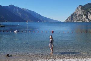 Mit den Füßen im Gardasee