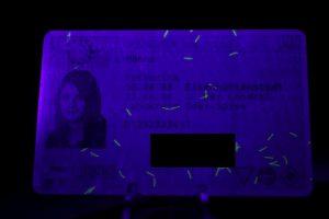 Führerschein mit 9LED-Lampe bestrahlt